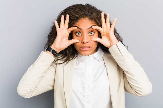Jeune femme d'affaires afro-américaine en gardant les yeux ouverts pour trouver une opportunité de réussite.