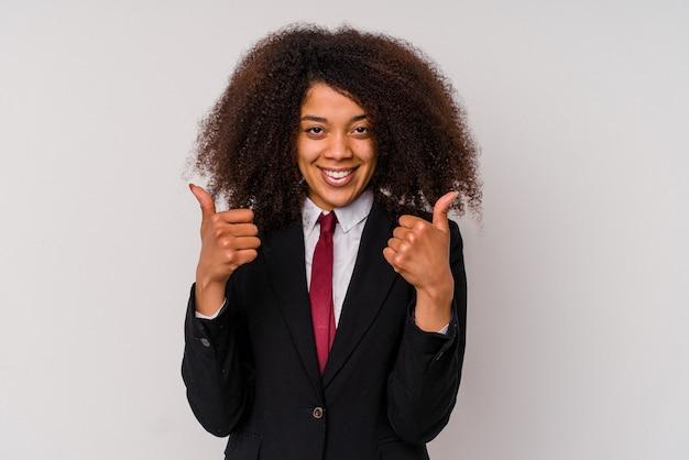 Jeune femme d'affaires afro-américaine vêtue d'un costume isolé sur blanc avec le pouce levé, applaudit à quelque chose, soutient et respecte le concept.