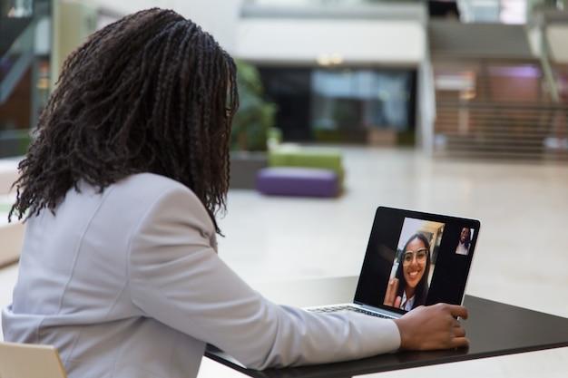 Jeune femme d'affaires à l'aide d'un ordinateur portable