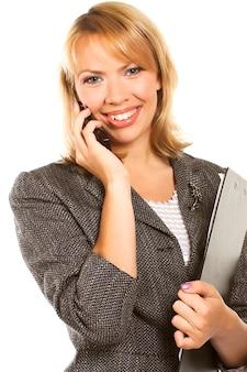Jeune femme d'affaires appelle sur mobile