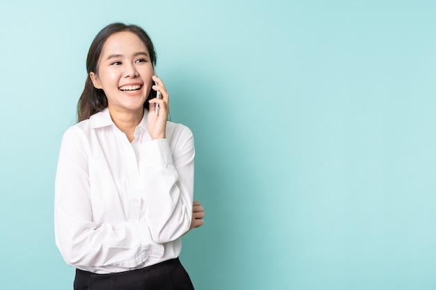Jeune femme d'affaires asiatique à l'aide de téléphone portable