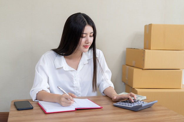 Jeune femme d'affaires asiatique belle est tombé heureux après avoir commandé le produit