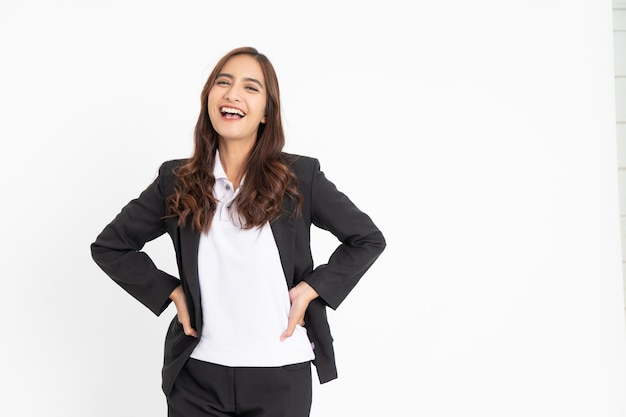 Jeune femme d'affaires asiatique excitée riant joyeusement avec la taille des deux mains