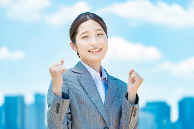 Jeune femme d'affaires asiatique faisant une pose de tripes