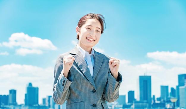 Jeune Femme D'affaires Asiatique Faisant Une Pose De Tripes Photo Premium