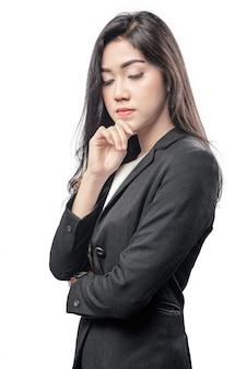 Jeune femme d'affaires asiatique pense à quelque chose