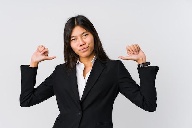 Jeune femme d'affaires asiatique se sent fière et sûre d'elle, exemple à suivre.