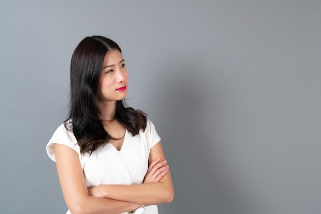 Jeune femme d'affaires asiatique avec visage heureux