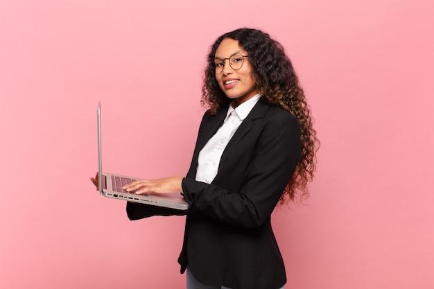 Jeune femme d'affaires assez hispanique avec un ordinateur portable