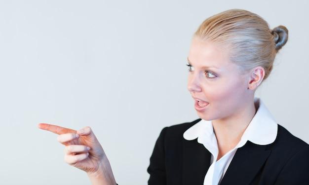 Jeune femme affaires attrayant contemplant