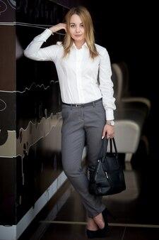 Jeune femme d'affaires attrayante