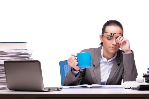 Jeune femme d'affaires au bureau isolé sur blanc
