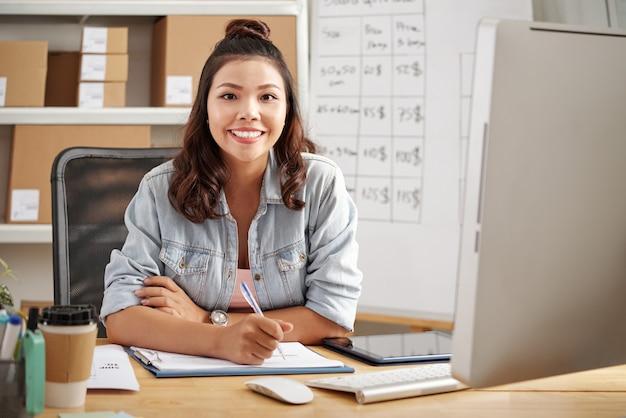 Jeune femme d'affaires au bureau