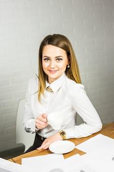 Jeune femme d'affaires ayant une pause-café
