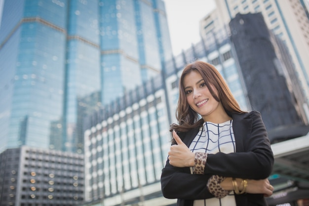 Jeune femme d'affaires belle montrant le pouce vers le haut de la main, concept d'entreprise de la réussite, bon travail, approuver, accepter, accepter et résultat positif
