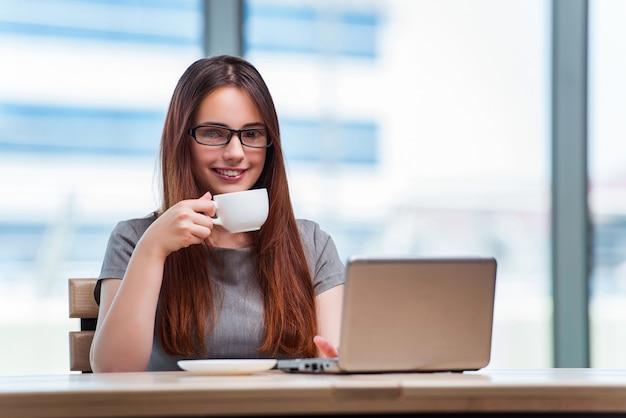 Jeune femme d'affaires, boire du thé au bureau