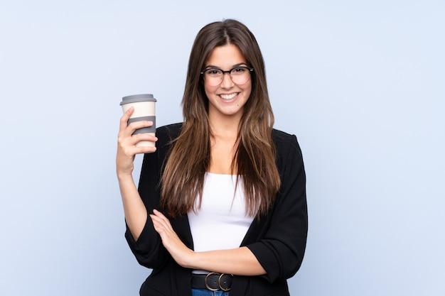 Jeune femme d'affaires brésilienne tenant un café à emporter