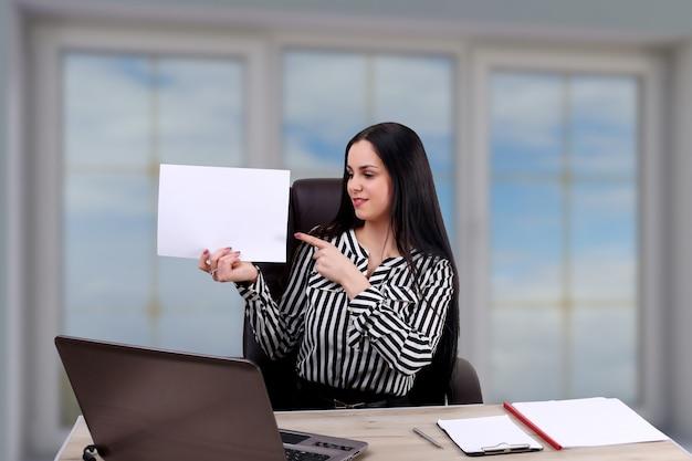 Jeune, femme affaires, bureau, tenue, vide, presse-papiers