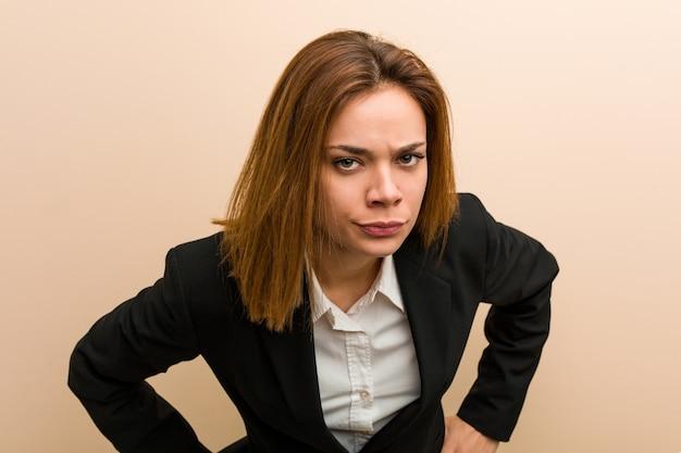 Jeune femme d'affaires caucasien gronder quelqu'un de très en colère.