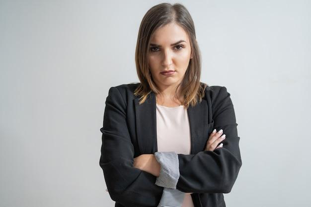 Jeune femme d'affaires caucasienne avec bras croisés