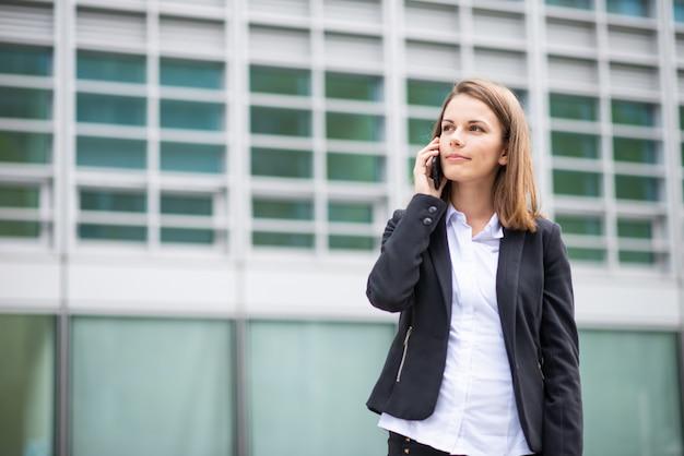 Jeune, femme affaires, conversation téléphone portable