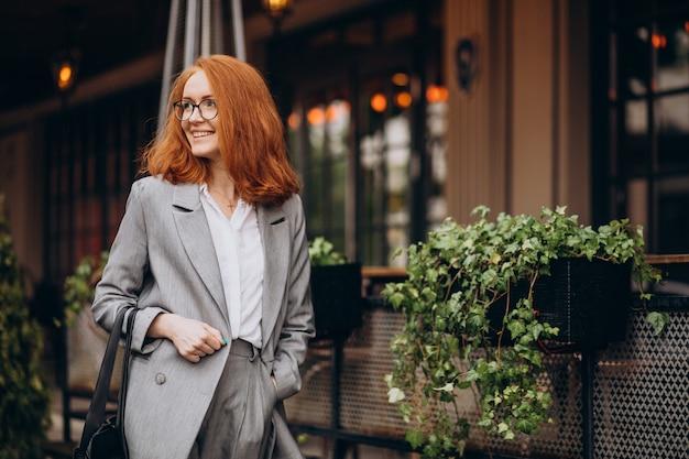 Jeune femme d'affaires en costume gris
