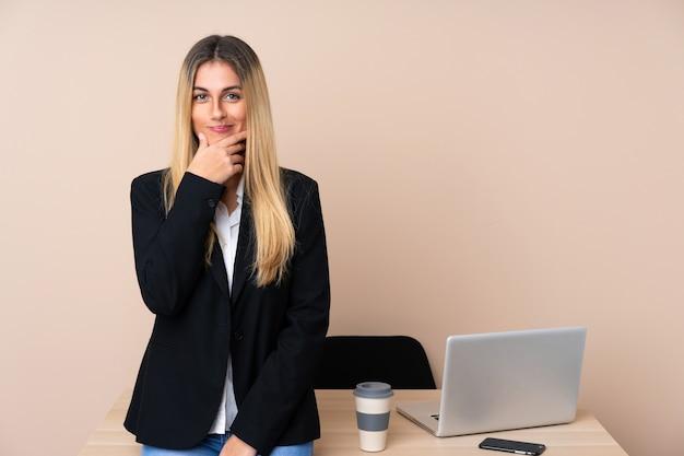 Jeune femme d'affaires dans un bureau en riant