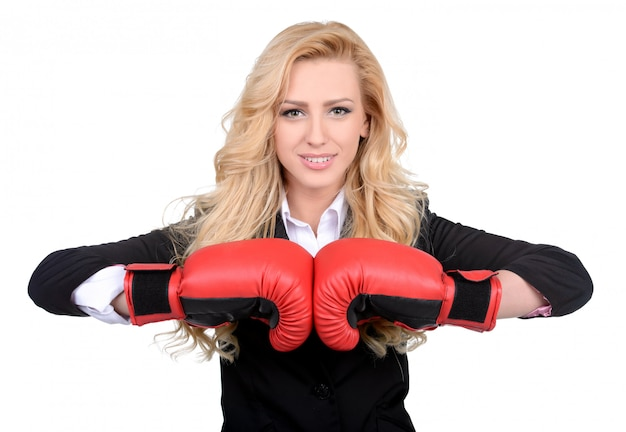 Jeune femme d'affaires dans le concept de boxe.