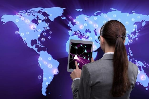 Jeune femme d'affaires dans les réseaux sociaux