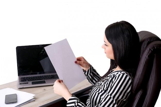 Jeune femme d'affaires détenant un document heureux isolé sur blanc