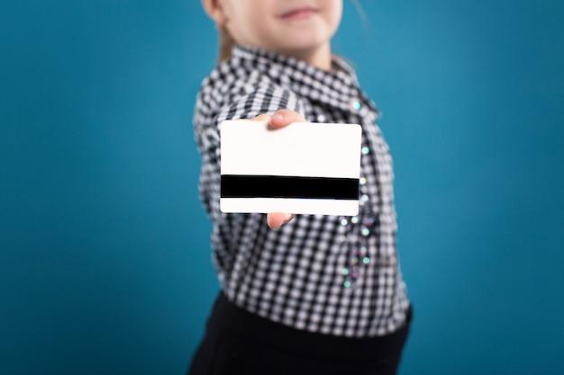 Une jeune femme d'affaires détenant une nouvelle carte de crédit