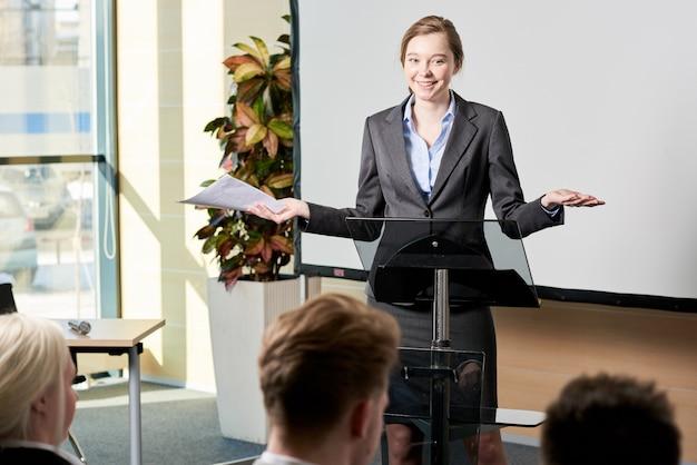 Jeune, femme affaires, donner, discours