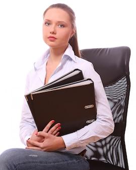 Jeune femme d'affaires avec des dossiers
