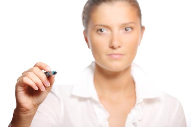 Une jeune femme d'affaires écrivant sur du verre pendant la conférence