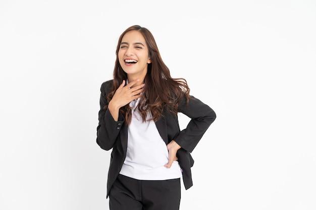 Jeune femme d'affaires excitée riant joyeusement