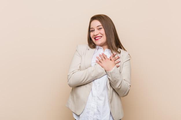 Jeune femme d'affaires a une expression amicale