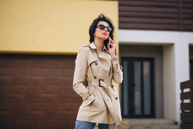 Jeune femme d'affaires à l'extérieur de la maison