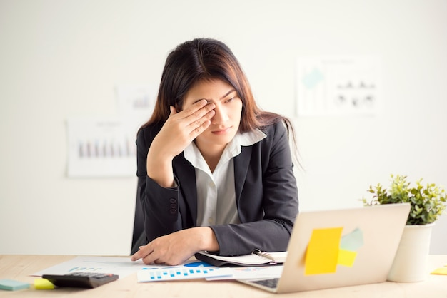Jeune femme d'affaires, faire des exercices sur le lieu de travail