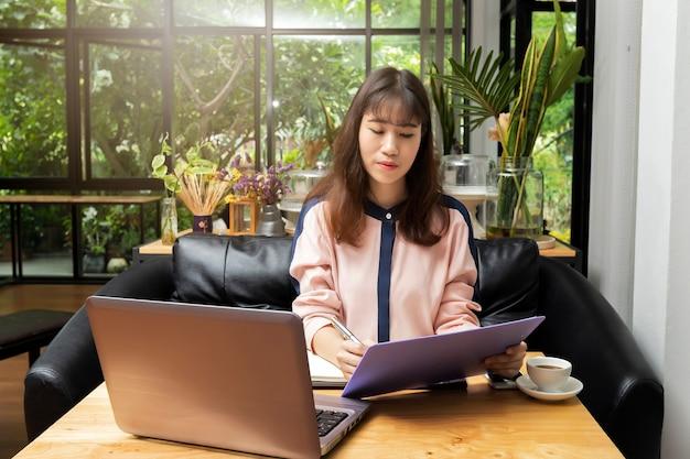 Jeune femme d'affaires, faire de la paperasse dans le bureau à domicile.