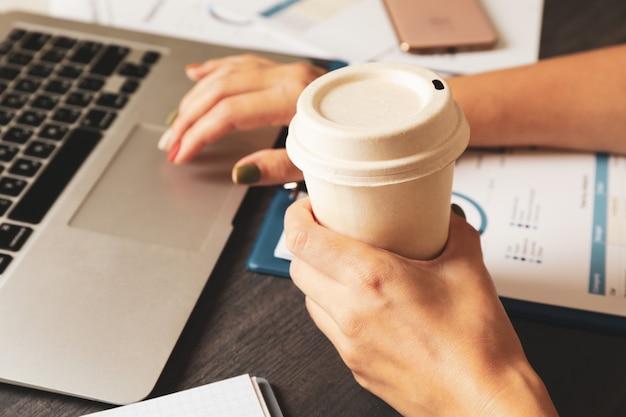 Jeune femme d'affaires faisant une planification financière