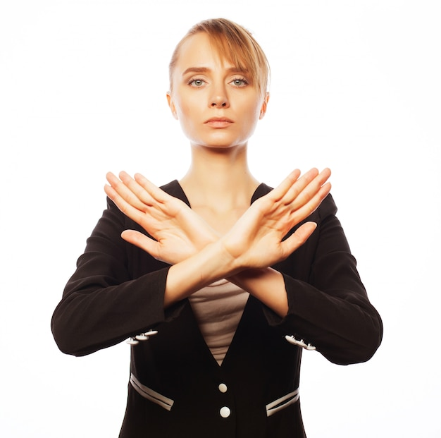 Jeune femme d'affaires faisant stop desture