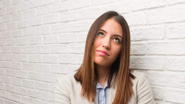 Jeune femme d'affaires fatiguée et ennuyée