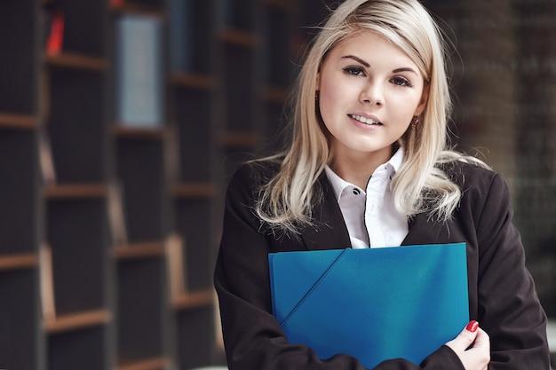 Jeune femme d'affaires avec des fichiers
