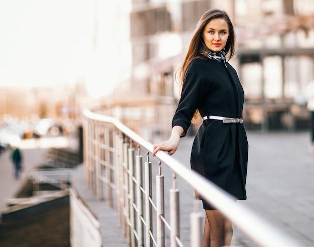 Jeune femme d'affaires sur le fond d'un immeuble de bureaux