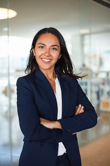 Jeune femme d'affaires gaie confiante