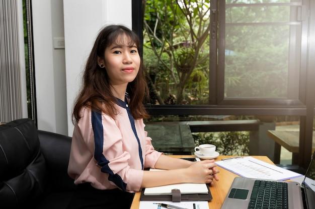 Jeune femme d'affaires gérant sa petite entreprise de bureau à domicile.