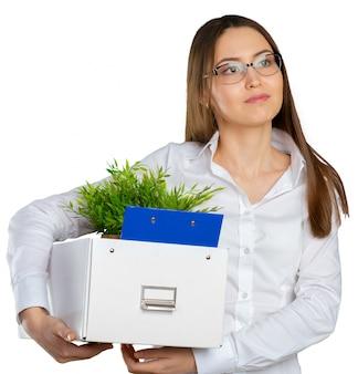 Jeune femme d'affaires heureuse avec une boîte pour déménager dans un nouveau bureau