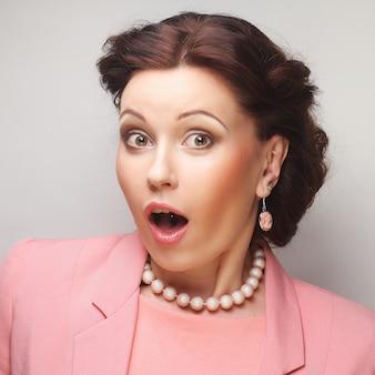 Jeune femme d'affaires heureuse en rose