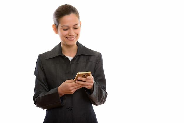 Jeune femme d'affaires heureuse souriant tout en utilisant un téléphone mobile