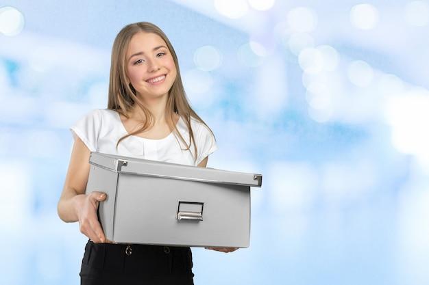 Jeune femme d'affaires heureux avec une boîte pour passer à un nouveau bureau